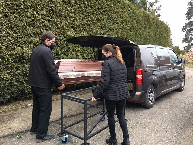 Pohřební služby v první linii. Do krematoria objednáváme i tři týdny dopředu
