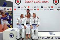 Medailistky zleva: Hana Kodešová (2. m.), Eva Koubková (1. m.), Diana Bláhová (3. m.); nahoře trenér Pavel Petřikov.