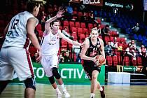Basketbalistka Lenka Pazderová (v černém) v akci.