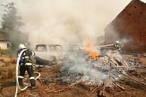 V Praskačce hořela tři auta i hromada dřeva.
