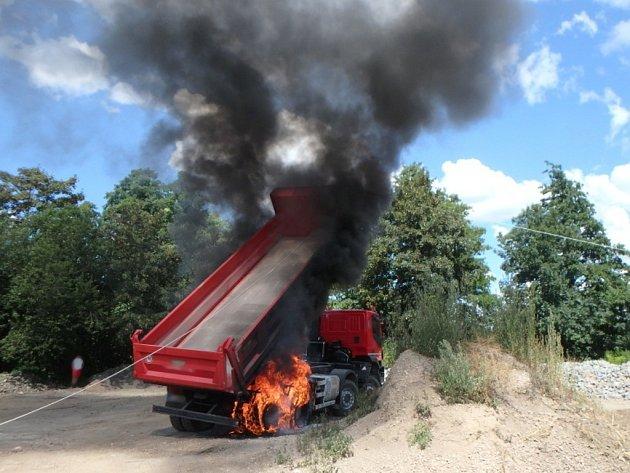 Požár nákladního automobilu v Novém Bydžově.