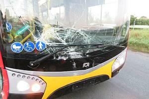 Osobní vozidlo nedalo přednost autobusu jedoucímu po hlavní silnici.