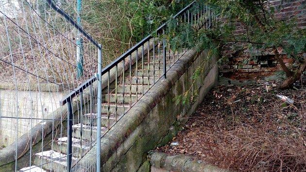 Část teras je kvůli hrozícímu sesuvu dál uzavřená. Zábrany ale lidi nezastaví, za oplocením se kupí nepořádek.