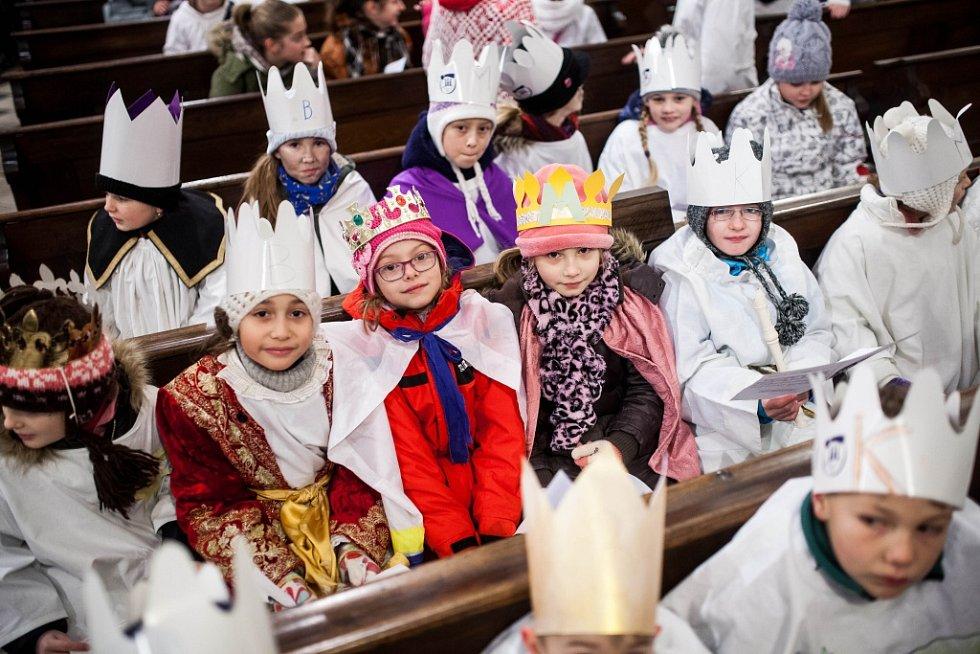 Biskupské požehnání tříkrálovým koledníkům v katedrále sv. Ducha v Hradci Králové.