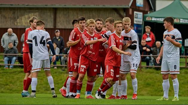 Fotbalisté Nového Bydžova (v červeném) budou v neděli hájit neporazitelnost.