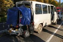 Nehoda nákladního automobilu s mikrobusem u Hradce Králové si vyžádala šest zraněných dětí.