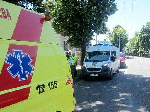 Poskytování pomoci zraněnému řidiči skútru.