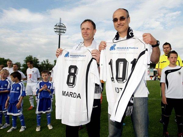 Michal Šmarda a Václav Kotal (zleva) spamětními dresy.
