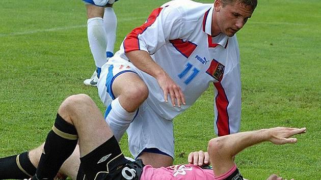 Michal Blažej (v bílém) se v přípravném utkání před univerziádou potkal na zemi s mladoboleslavským Lubošem Peckou.