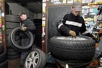 Pneuservisy v Hradci Králové mají žně, zákazníci houfně přezouvají na zimní obutí.