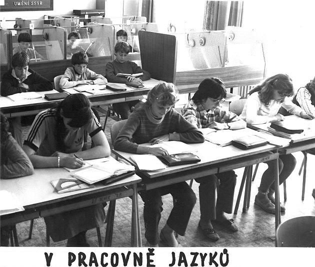 Základní škola na Slezském Předměstí Sever byla otevřena ve školním roce 1975-76.Zahájením výuky bylo odstraněno směnné vyučování na ZŠ SNP, Jih, Pospíšilova třída a Šimkova ulice. Na školu vprvním roce nastoupilo 316dětí a vyučovalo zde 14učitelů.