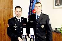 Duo vyznamenaných - Jan Kordač a Marcel Braun (zleva) s Odznaky za službu v zahraničí.