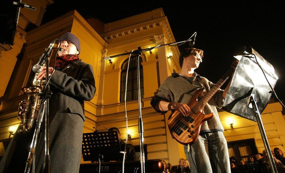 Listopadové písně – koncert herců hradeckého Klicperova divadla.