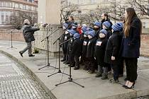 Vystoupení chlapeckého pěvěckého sboru na královéhradeckém Masarykově náměstí.