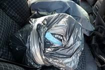 Zajištěný balíček s léky na zadním sedadle vozidla.
