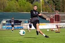 Trénink fotbalistů FC Hradec Králové během nouzového stavu - s omezením počtu hráčů a dezinfekcí míčů.