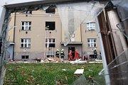 Dva z hasičů zasahujících při listopadovém výbuchu plynu v domě v hradecké Střelecké ulici kromě pocty a odměny obdrželi také nominaci na jedno z nejvyšších ocenění, Zlatý záchranářský kříž.