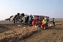 Převrácený kamion zablokoval hlavní silnici I/11 u Nového Města na Královéhradecku.