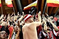 KOTEL V DAVOSU. Hradečtí příznivci ohromili Spengler Cupv Davosu. Množstvím i fanděním.