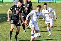 Líšeňští fotbalisté (v bílém) porazili Hradec Králové a vedou druhou ligu.