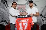 Obránce Detroitu Red Wings Filip Hronek zahájí letošní sezonu v hokejové Tipsport extralize, konkrétně v Mountfieldu HK.