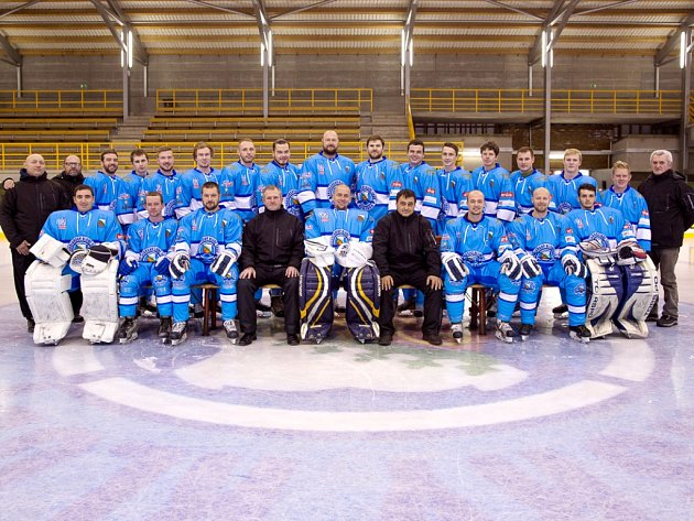 Hokejisté BK Nová Paka získali právo účasti vnejvyšší krajské lize pro příští ročník 2017/2018. Na snímku celé mužstvo.