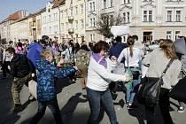 Polštářová bitva na Masarykově náměstí v Hradci Králové.