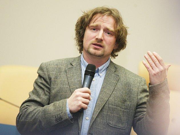 Janek Kroupa besedující v Hradci Králové.