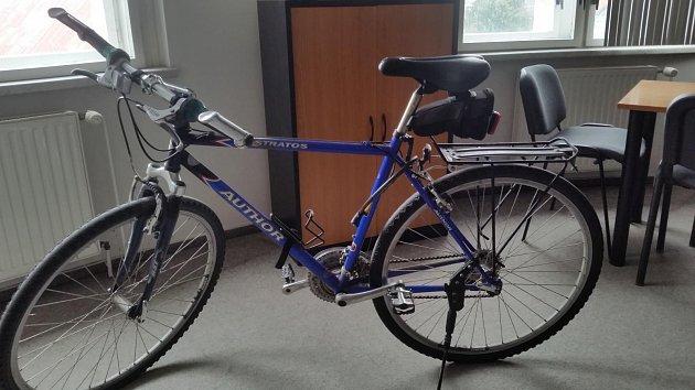 Pátrá se po majiteli kola, které bylo nalezeno vzáhonu kytek.