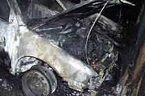 Požár tří aut zřejmě založil žhář