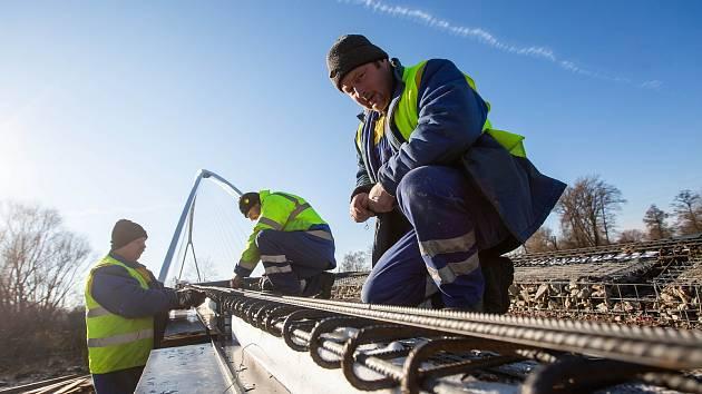 Výstavba mostu na nové cyklostezce Hradec Králové - Pardubuce u Vysoké nad Labem.