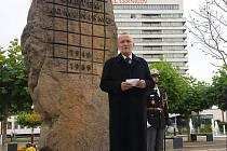 Vzpomínka na listopad 1989 u Pomníku obětem komunismu poblíž královéhradeckého vlakového nádraží.
