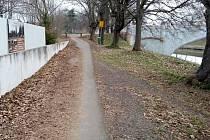 Zanedbaná údržba Labské stezky, mezinárodni cyklotrasy č. 2, před mostem na Pláckách.