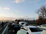 Dopravní nehode sedmi vozidel na silnici I/37 u Opatovic nad Labem.