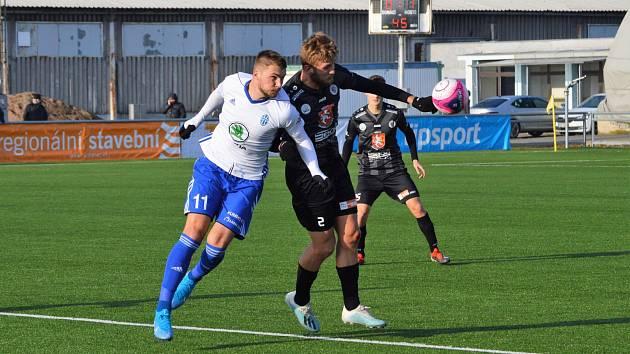 Obránce Jan Král (v černém) nastoupil za Hradec v zápase s Mladou Boleslaví.
