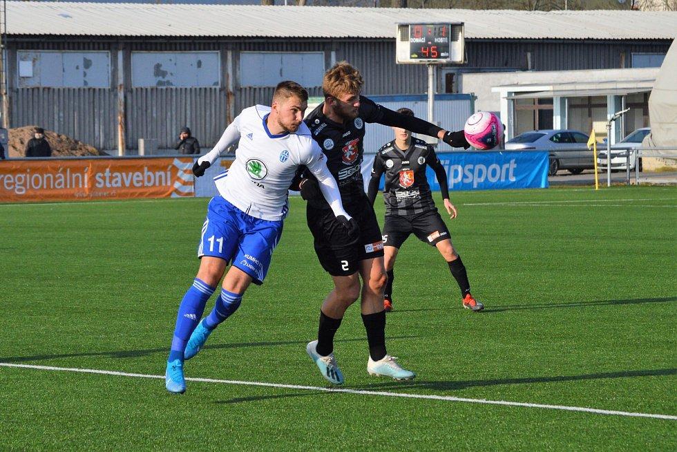Obránce Jan Král (v černém) nastoupil za Hradec v Tipsport lize proti Mladé Boleslavi, jejíž je hráč.