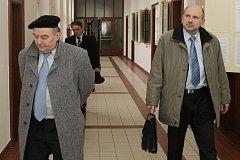 Soud v Hradci Králové začal projednávat dopravní nehodu, která se stala v roce 2005 v Rychnově nad Kněžnou. Josef Duben (vpravo) zastupuje u soudu dcery usmrcené ženy, Karel Baborák (vlevo) obhajuje žalovanou firmu AUDISBUS.