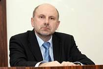 Krajský soud v Hradci Králové začal projednávat dopravní nehodu, která se stala 12. prosince 2005 v Rychnově nad Kněžnou. Nehodu zavinil Pavel Varadi, řidič autobusu Iveco, patřící Rychnovské firmě AUDISBUS. Při nehodě zemřela 49letá Dagmar Jansová, matka