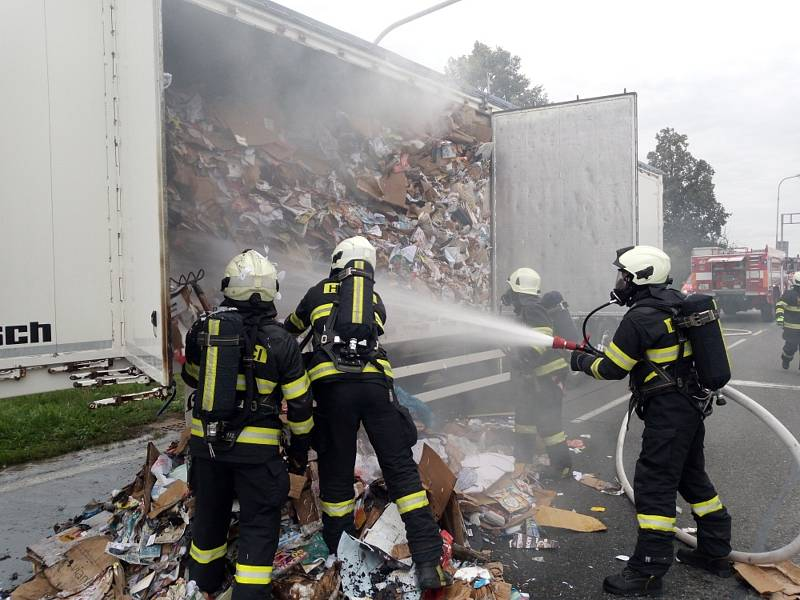 Požár v návěsu kamionu hasiči rychle uhasili.