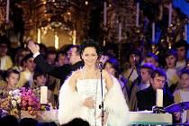 Lucie Bílá a chlapecký sbor Boni pueri během čtvrtečního předvánočního koncertu v hradeckém kostele Nanebevzetí Panny Marie na Velkém náměstí.