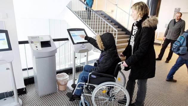 Invalidní vozík k zapůjčení v budově královéhradeckého magistrátu.