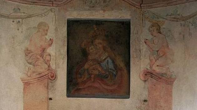 Překvapení čekalo na památkáře v loňském roce, když měla být běžně opravena kaplička Panny Marie Na Rožberku (v sídlišti na Slezském Předměstí). Pod několika nánosy vnitřních maleb se totiž skrývaly vzácné malby barokních andělíčků a květinových závěsů.