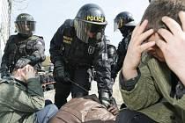 Policisté pořádkových sil z Královéhradeckého kraje cvičili na malšovickém stadionu, jak krajním případě zasáhnout proti fotbalovým fanouškům.