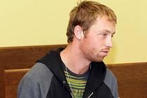 Jiří Bureš z Náchodska během třiadvaceti let svého života stál k 12. říjnu před českými soudy již šestkrát. Nyní čelí obžalobě z pohlavního zneužíváni příbuzné, jehož se jako nezletilý dopustil společně se svým otcem.