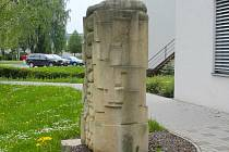Před novým pavilonem psychiatrické kliniky stojí pískovcová stéla vytvořená během Hořického sympozia.