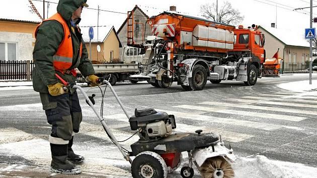 Zaměstnanci Technických služeb Hradec Králové při odklízení sběhu v ulicích krajské metropole.