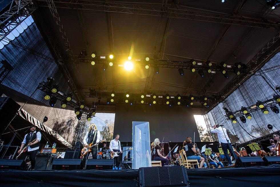 Skupina Vypsaná fiXa (na snímku) vystoupila společně s orchestrem PKF - Prague Philharmonia. Uměleckým garantem projektu a autorem aranží byl dirigent, skladatel a klavírista Jan Kučera.