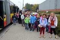 Děti ze školní družiny ZŠ Pouchov na cestě do hradeckého multikina CineStar.