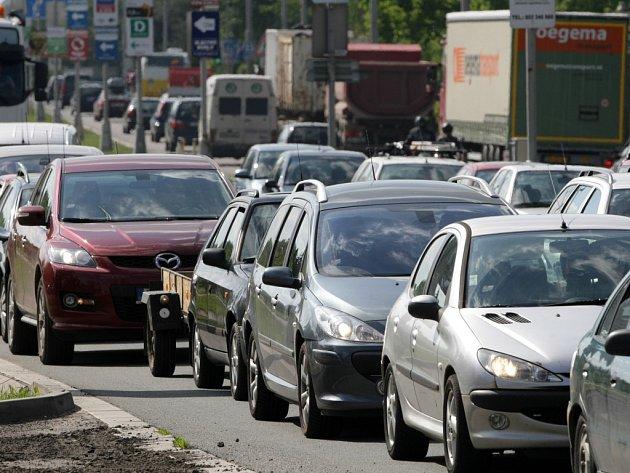 Dopravní situace na silničním okruhu v Hradci Králové.