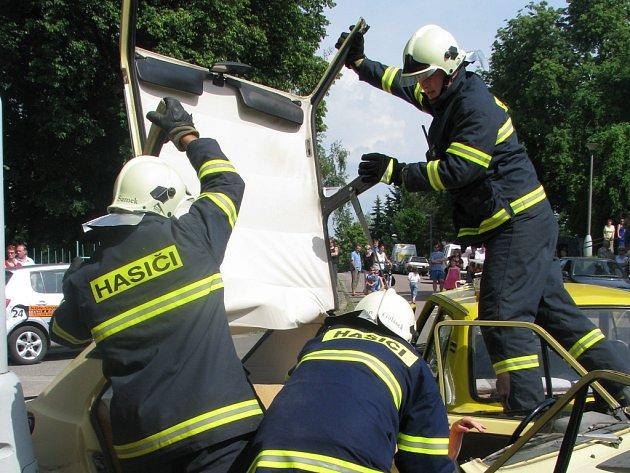 Z ROZSTŘÍHANÉHO AUTA vyprostili hasiči zraněnou řidičku. Naštěstí to byl jen simulovaný zásah.